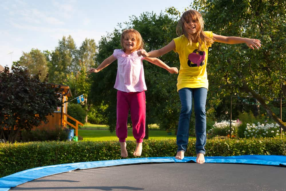 børn hopper på trampolin